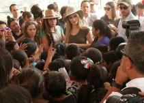 Paris Hilton visita a damnificados de Xochimilco