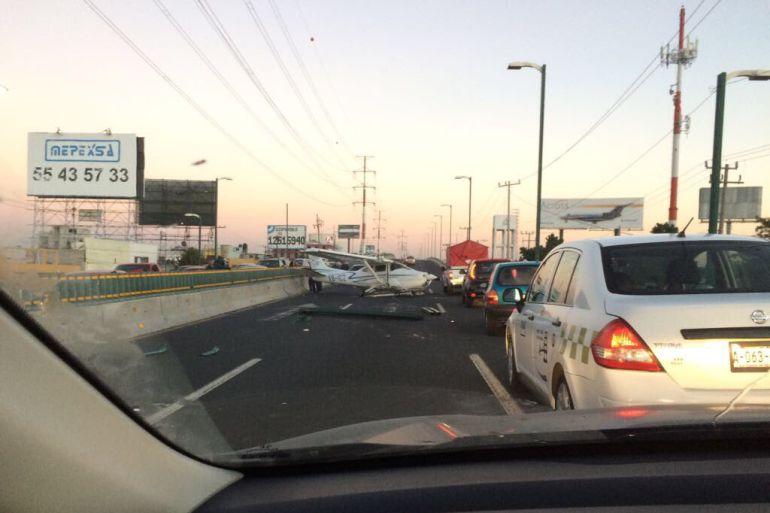 Avioneta aterriza de emergencia en Boulevard Aeropuerto de Toluca