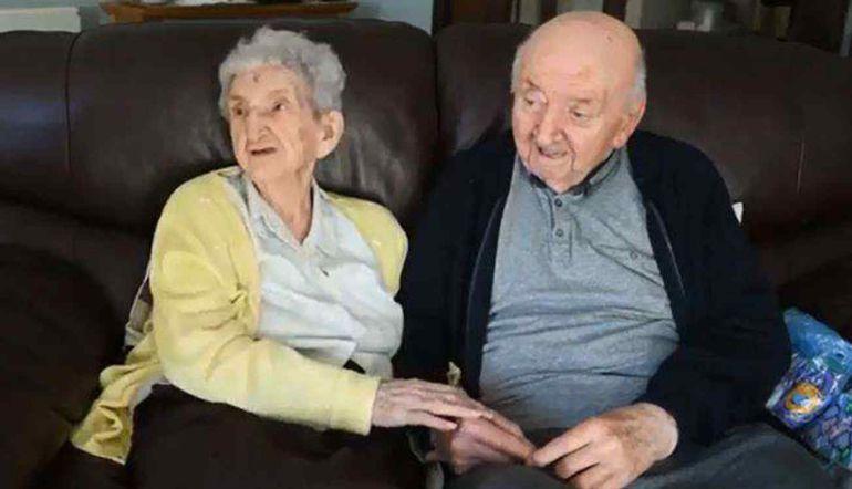 Viral: Anciana de 98 años se muda a asilo para cuidar a su hijo de 80