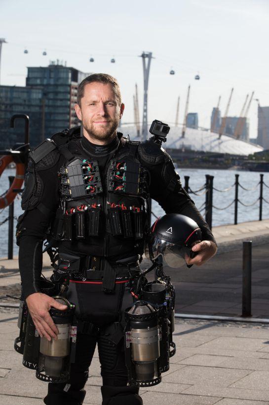 """""""Iron Man"""" vuela sobre un lago del Reino Unido y rompe récord"""