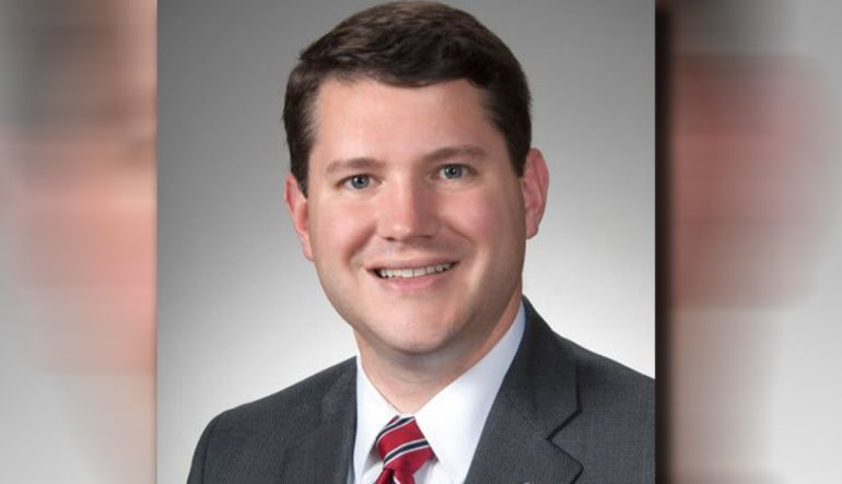 Congresista gay: Congresista dimite tras ser sorprendido con otro hombre