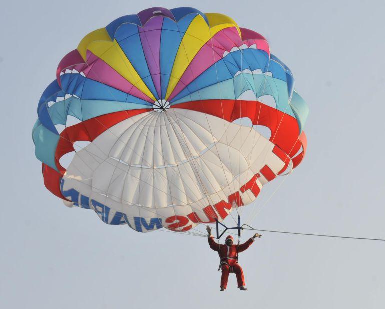 Estados Unidos: Santa Claus paracaidista intenta dar regalo y se estrella en un poste