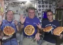 ¡Astronautas tienen una noche de pizza en el espacio! [Video]