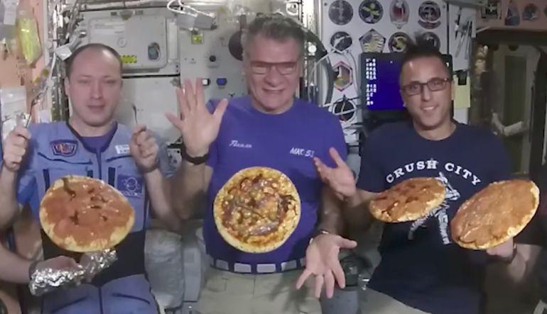 Pizza: ¡Astronautas tienen una noche de pizza en el espacio! [Video]