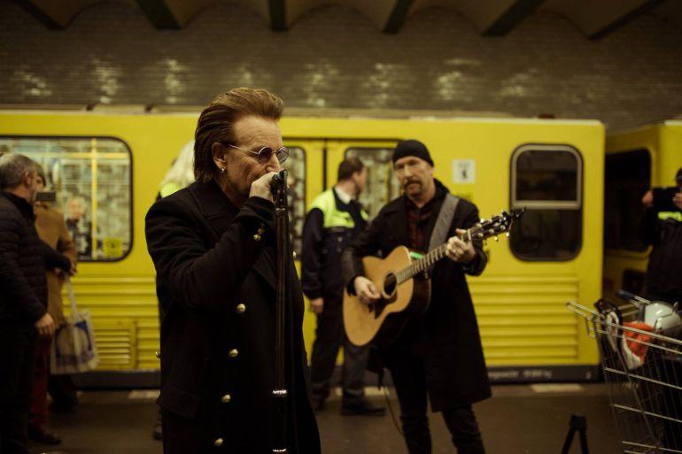 Bono, U2, Alemania, Video: U2 sorprende a sus fans en el metro de Berlín