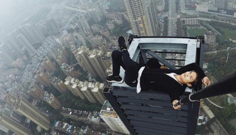 Acróbata chino cae de un piso 62 al intentar reunir dinero para su boda