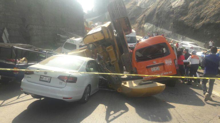 Cae excavadora sobre vehículos; hay dos muertos