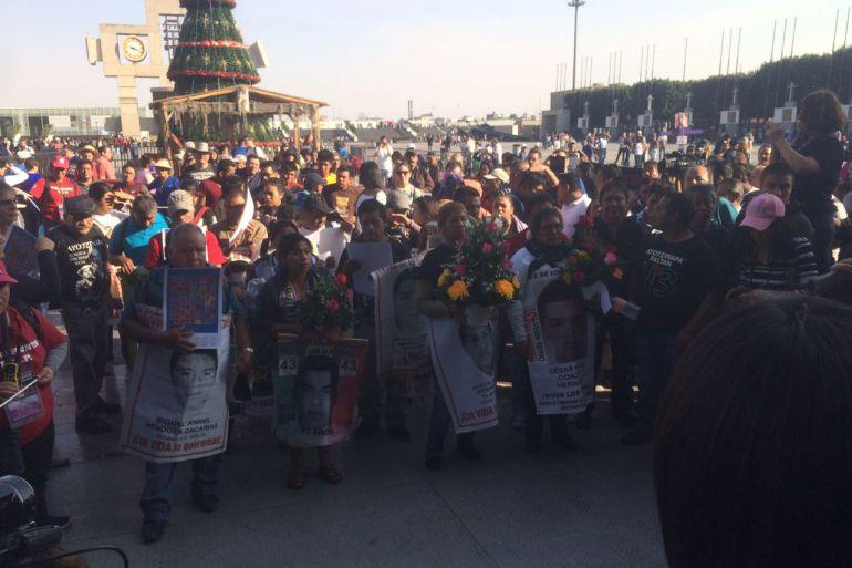 Padres Ayotzinapa Basílica: Padres de normalistas de Ayotzinapa acuden a la Basílica