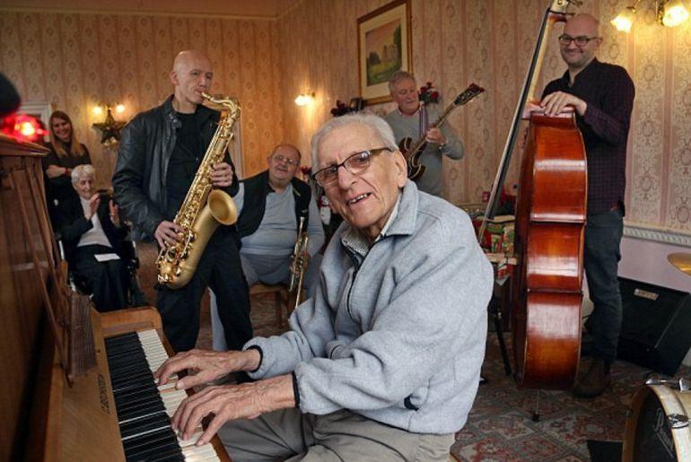 Hombre de 95 años con demencia severa recobra su pasión