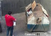 Hombre tira bebé a la basura