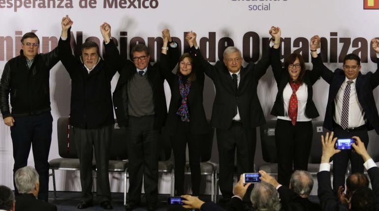 Presenta López Obrador su equipo de campaña