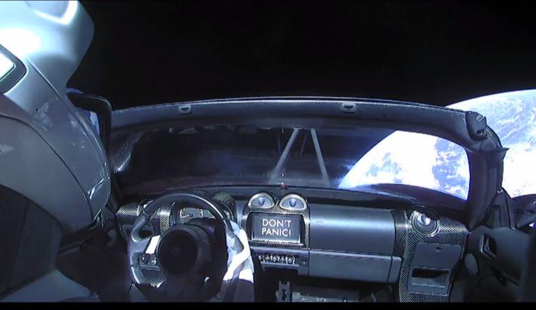 Elon Musk pone su auto en órbita