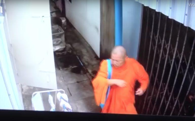 Sacerdote budista es sorprendido robando ropa interior