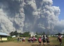 Erupción de volcán deja enorme columna de ceniza en Indonesia