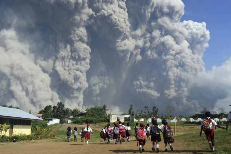 erupción, volcán, Indonesia: Erupción de volcán deja enorme columna de ceniza en Indonesia