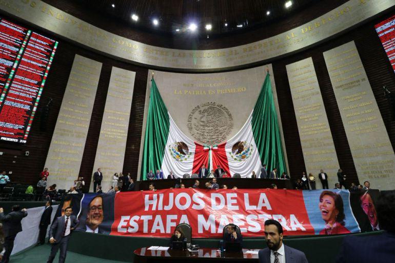Diputados exhiben manta contra EPN