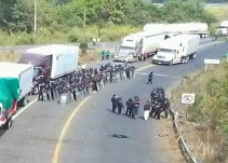 Padres de familia bloquean la frontera con Guatemala