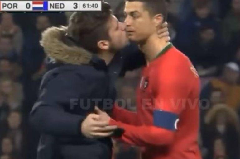 Un fan besó a Cristiano Ronaldo: VIDEO: Un fan que saltó a la cancha intentó besar a Cristiano Ronaldo