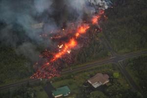 Un automóvil es devorado por el volcán Kilauea: Un automóvil es devorado por el volcán Kilauea