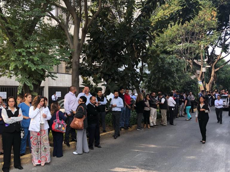 Temblor de 5.3 grados provoca desalojos en la Ciudad de México: Temblor de 5.3 grados provoca desalojos en la CDMX