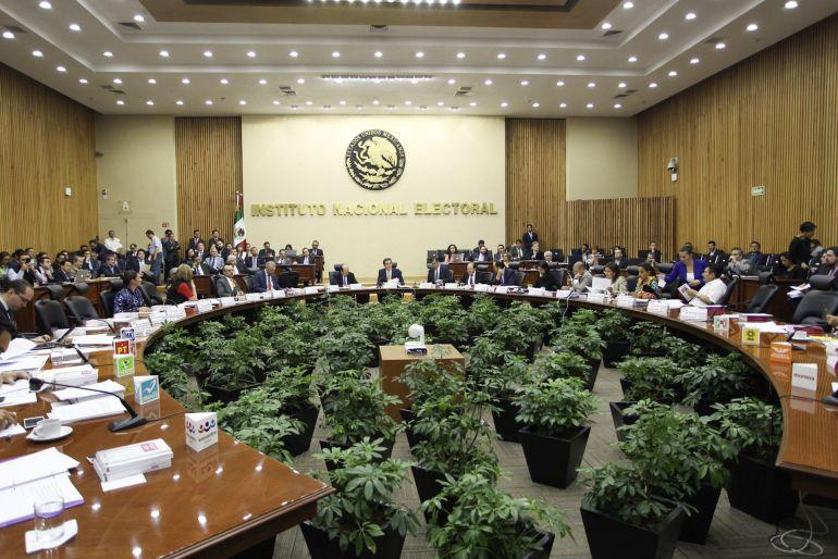 INE admite falla en voto extranjero, pero descarta riesgo