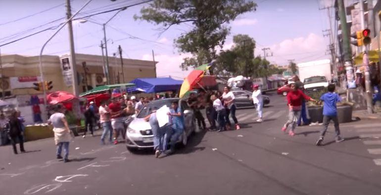 Vehículo atropella a manifestantes en Iztapalapa: VIDEO: Vehículo arrolla a manifestantes en Iztapalapa