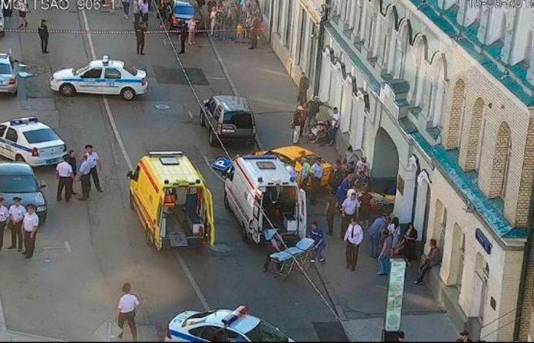 Taxi, Rusia mexicanos, Taxi Moscú: Taxi atropella a aficionados mexicanos en Rusia