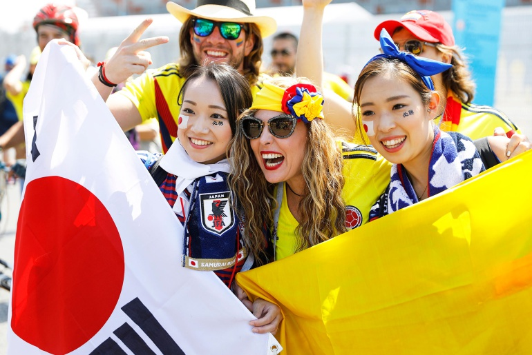 Aficionados japoneses recogen basura del estadio: Aficionados japoneses recogen basura del estadio