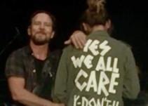 Esposa del vocalista de Pearl Jam responde a Melania Trump
