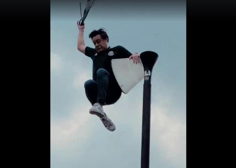 Aficionado mexicano se lanza como Juan Escutia en Rusia: Aficionado mexicano se lanza como Juan Escutia