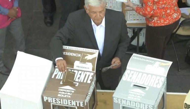 AMLO emite su voto en elecciones 2018: AMLO emite su voto