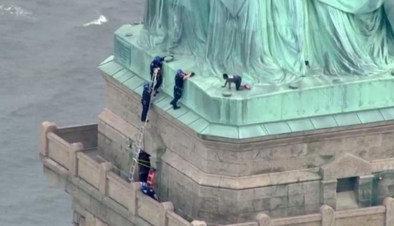 Mujer escala la Estatua de la Libertad en contra de Donald Trump: Mujer escala la Estatua de la Libertad contra Donald Trump