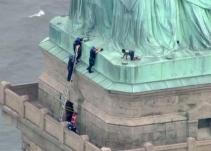 Mujer escala la Estatua de la Libertad contra Donald Trump