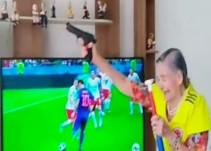 Abuelita celebra a balazos los goles de Colombia