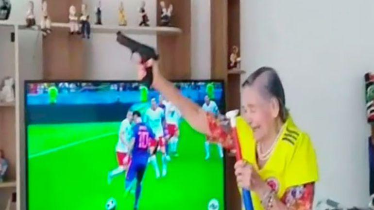 Anciana dispara en gol de Yerri Mina: Abuelita celebra a balazos los goles de Colombia