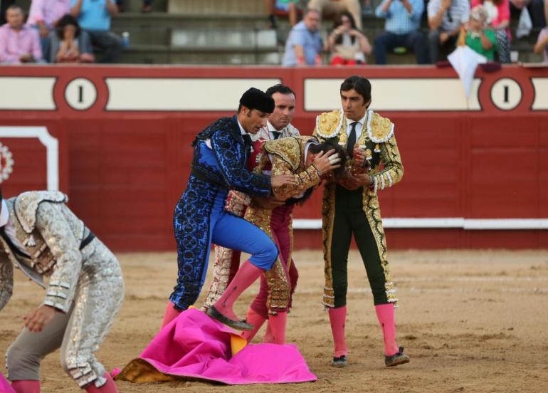 Toro arranca cuero cabelludo del torero: VIDEO: Toro arranca cuero cabelludo del torero