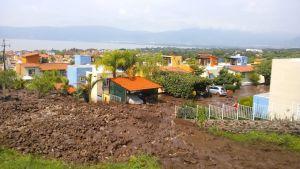 Alud sepulta 25 viviendas en Jocotepec, Jalisco