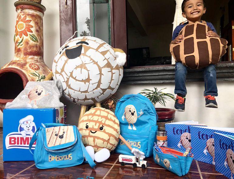 Niño concha recibe regalos: Niño concha recibe más regalos