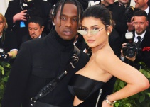 Kylie Jenner y Travis Scott posan en atrevida portada