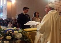 Sorprende el Papa Francisco a futuro matriomonio
