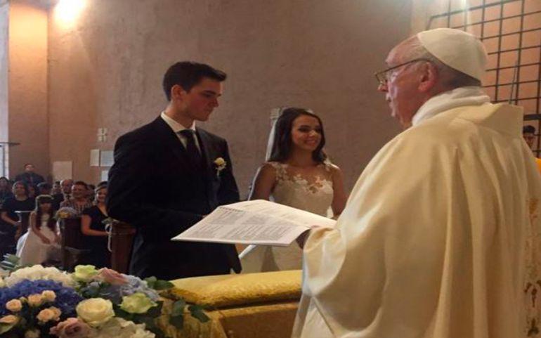 Papa Francisco casa novios: Sorprende el Papa Francisco a futuro matriomonio