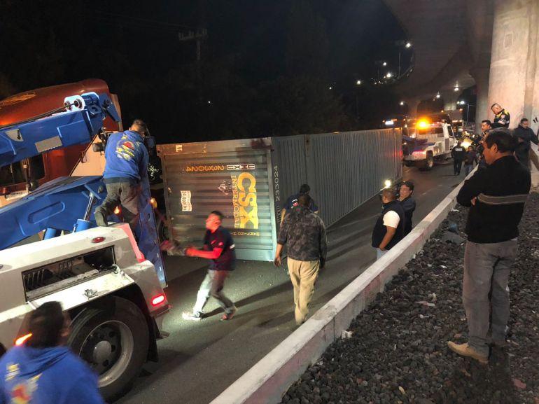 Vuelca contenedor de tráiler en la México-Cuernavaca