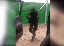 """Con metralleta en mano policía hace el """"Chona Challenge"""""""
