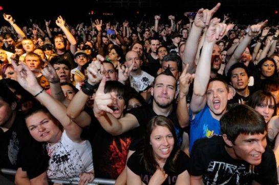 Abuelos escapan del asilo y asisten a festival de rock