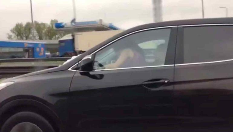 Captan a pareja teniendo relaciones en coche en movimiento