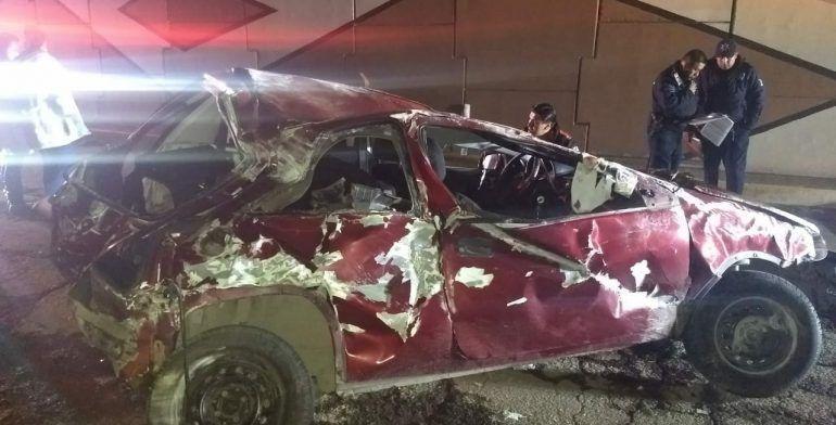 Mueren aplastados por un auto