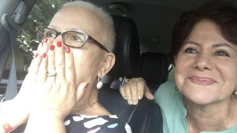Mujer vence el cáncer de ovario y es recibida con desfile