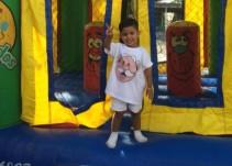 Niño festeja su cumpleaños disfrazado como Dr. Simi