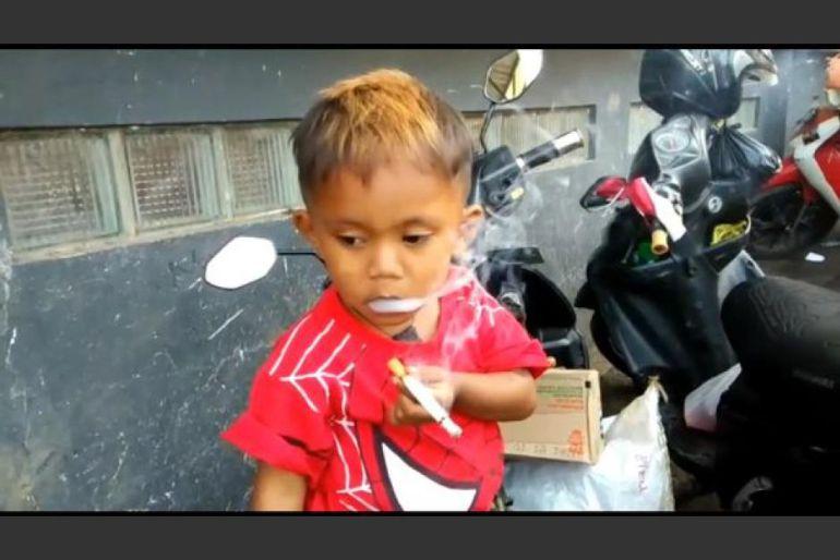 Niño de 2 años fuma 40 cigarros al día