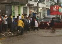 Empleado de farmacia salva a un niño de la corriente en Chimalhuacán